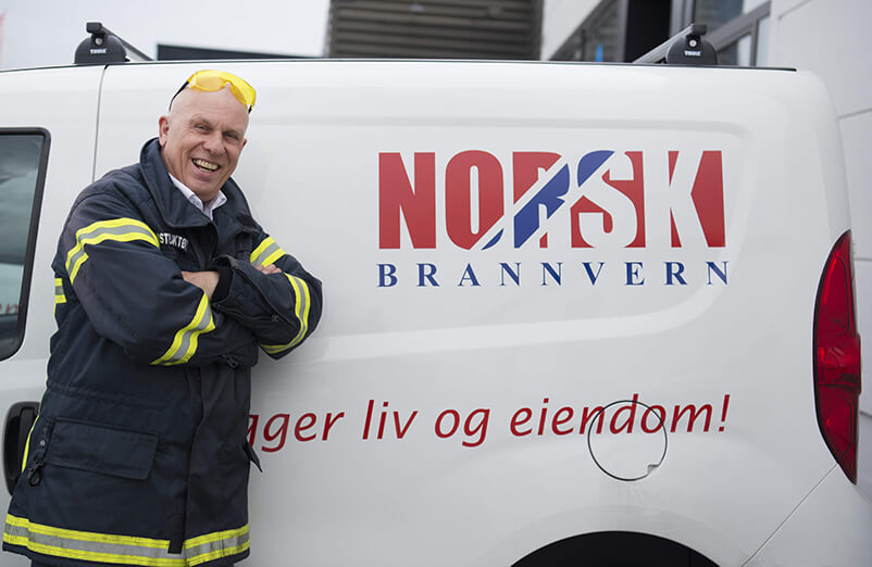 Trond B. Hansen foran Norsk brannvern bil