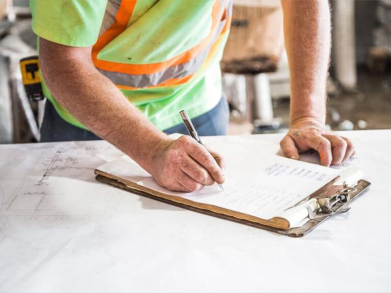 Arbeider fyller ut skjema